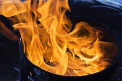 La flamme des évasions de gaz du tuyau, concept de protection de l'environnement photo libre de droits