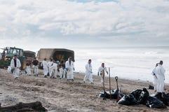 La flaque de pétrole de Rena nettoient des ouvriers Image libre de droits