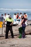 La flaque de pétrole de Rena nettoient des ouvriers Images stock