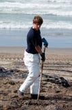 La flaque de pétrole de Rena nettoient des ouvriers Images libres de droits