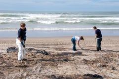 La flaque de pétrole de Rena nettoient des ouvriers Photographie stock libre de droits