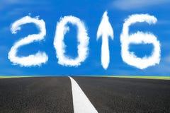 la flecha de 2016 años encima de la forma de la muestra se nubla con la carretera de asfalto Imagen de archivo
