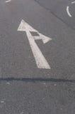 La flecha de la señal de tráfico va derecho, gire a la derecha Imágenes de archivo libres de regalías