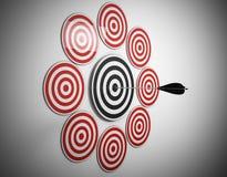 la flecha de objetivos múltiples golpea el centro Fotografía de archivo