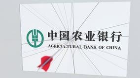 La flecha del tiro al arco rompe la placa de cristal con el logotipo de la compañía del AGRICULTURAL BANK OF CHINA Editorial conc stock de ilustración