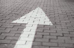 La flecha en la calle va derecho imagen de archivo
