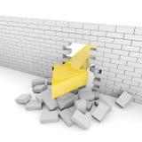 La flecha enorme rompe una pared de ladrillo gris Imagen de archivo
