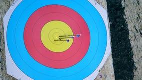 La flecha está consiguiendo el tiro en la blanco redonda almacen de metraje de vídeo