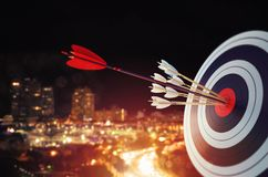 La flecha golpeó el centro de la blanco con el fondo moderno del horizonte Concepto del logro de la blanco del negocio representa stock de ilustración