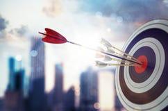 La flecha golpeó el centro de la blanco con el fondo moderno del rascacielos Concepto del logro de la blanco del negocio represen ilustración del vector
