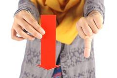La flecha roja con los pulgares abajo firma Foto de archivo libre de regalías