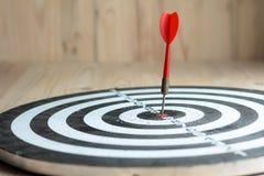 La flecha roja del dardo golpeó la blanco de centro del marke de la metáfora de la diana imagen de archivo libre de regalías