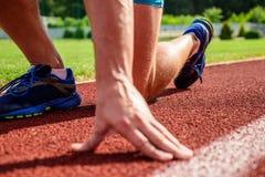 La flessibilità è capacità di allungare il giunto al limite del movimento della gamma Cura unita per i corridori Mano dello sport immagini stock
