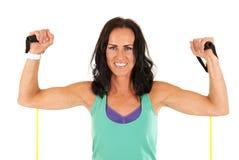 La flessione di modello di forma fisica femminile muscles con le bande di allungamento Fotografia Stock