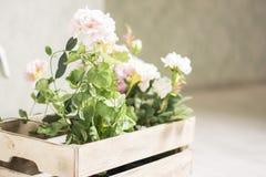 La fleur artificielle dans un panier sur le fond blanc dans la vue de face Images stock