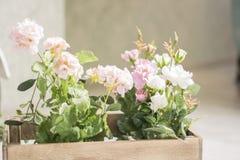 La fleur artificielle dans un panier sur le fond blanc dans la vue de face Image libre de droits