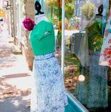 La fleur attire des clients à Women& x27 ; magasin d'habillement de s photos libres de droits