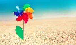 La fleur colorée de jouet comme symbole gai et la mer trouble échouent le backgro Image stock