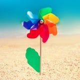 La fleur colorée de jouet comme symbole gai et la mer trouble échouent le backgro Images stock