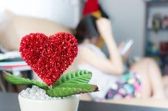 La fleur d'amour se développe avec l'épouse de maison Photos libres de droits