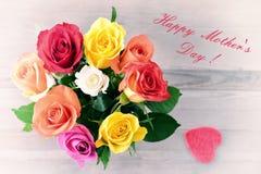 la fleur de jour donne à des mères le fils de momie à Bouquet des roses Photographie stock