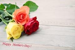 la fleur de jour donne à des mères le fils de momie à Bouquet des roses Photo stock