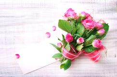 la fleur de jour donne à des mères le fils de momie à Fleurit le bouquet avec le blanc Image stock