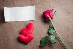 La fleur de rose de rouge avec le papier blanc et le coeur forment sur le bois Photographie stock libre de droits