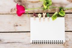 La fleur de rose de rouge, le livre de vintage et l'amour textotent sur l'en bois, valen Image stock