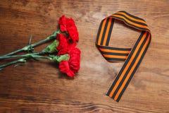 La fleur de trois rouges et numéro 9 sur un fond en bois Image de foyer sélectif image stock
