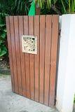 La fleur en bois sur la porte aiment décoratif Photo libre de droits