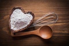 La fleur en forme de coeur de cuvette de cuillère en bois oeuf-battent la nourriture et boivent la Co Images libres de droits