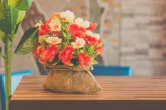 La fleur en plastique décorent sur la table, couleur en pastel Photos libres de droits