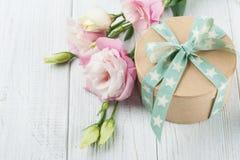 La fleur et le boîte-cadeau d'Eustoma avec l'étoile verdissent le ruban Photographie stock libre de droits