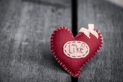 La fleur rose et les coeurs rouges forment sur le fond en bois de table, Image stock