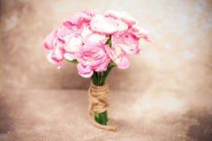 La fleur rose fraîche d'oeillet sur le fond en pierre de plat Image stock