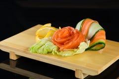 La fleur saumonée s'est levée, des sushi de sashimi Images libres de droits