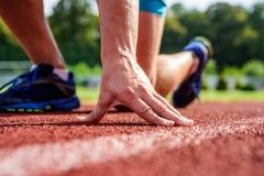 La flexibilité est capacité d'étirer le joint à la limite du mouvement de gamme Entretenir commun des coureurs Remèdes finaux Mai image libre de droits