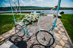 La flor adornó la bicicleta en la ceremonia del registro de la boda Foto de archivo