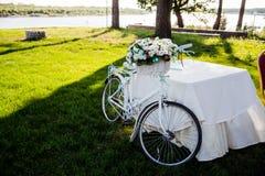 La flor adornó la bicicleta en la ceremonia del registro de la boda Foto de archivo libre de regalías