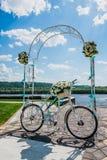 La flor adornó la bicicleta en la ceremonia del registro de la boda Imagen de archivo