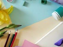 La flor amarilla y púrpura adorna una lona blanca, los materiales para dibujar y creatividad Imagen de archivo