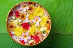 La flor colorida en agua rueda adornando en la hoja del plátano por el festival de Songkran o el Año Nuevo tailandés Fotos de archivo