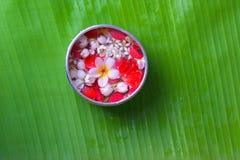 La flor colorida en agua rueda adornando en la hoja del plátano por el festival de Songkran o el Año Nuevo tailandés Imagenes de archivo