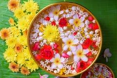 La flor colorida en agua rueda adornando en la hoja del plátano por el festival de Songkran o el Año Nuevo tailandés Imagen de archivo