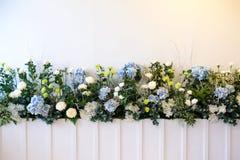 La flor colorida en el fondo blanco para adorna Foto de archivo