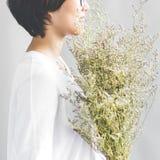 La flor de la calma del ocio de la felicidad de la muchacha del regalo relaja concepto fotografía de archivo libre de regalías