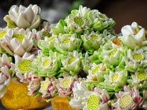 La flor de Lotus es un símbolo del budismo, bandeja con el pedestal para la flor de loto puesta se adorne en días santos budistas Fotos de archivo libres de regalías