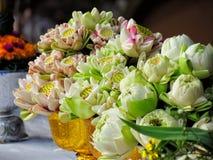La flor de Lotus es un símbolo del budismo, bandeja con el pedestal para la flor de loto puesta se adorne en días santos budistas Foto de archivo libre de regalías