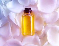 La flor del aceite subió cuidando la esencia de los cosméticos en exceso, fragancia, fondo fresco imagen de archivo libre de regalías